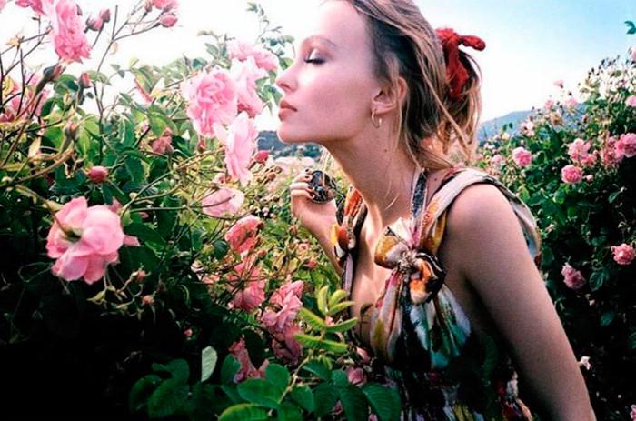 Lily-Rose Depp entre rosas de Grasse en una imagen compartida en redes sociales
