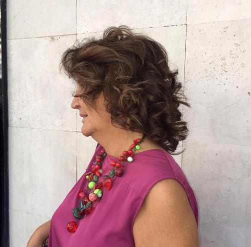 mujer con ondas en el pelo