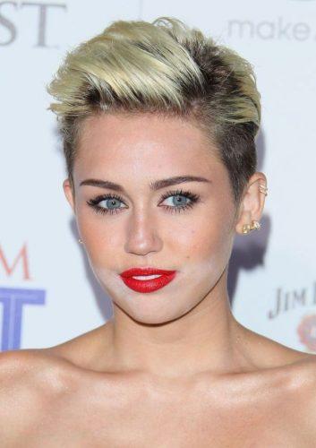Todas hemos sufrido el temido efecto muerto viviente con un maquillaje demasiado claro. Hasta Miley Cyrus. Imagen: Pinterest.