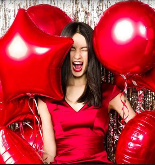 mujer con globos san valentín