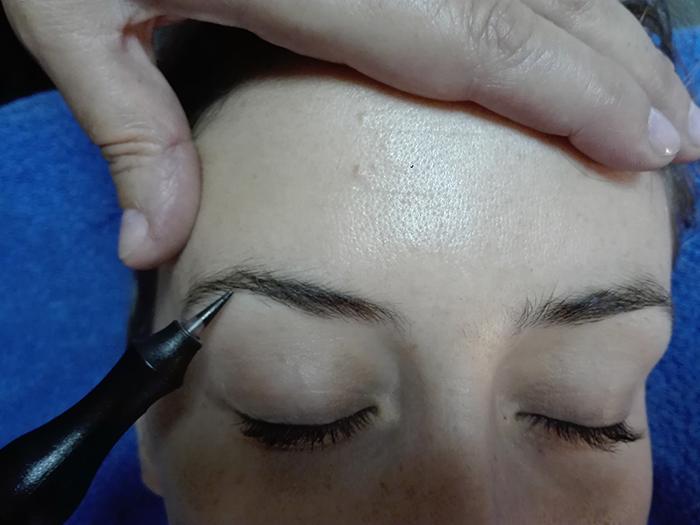 Técnica de micropigmentación de cejas