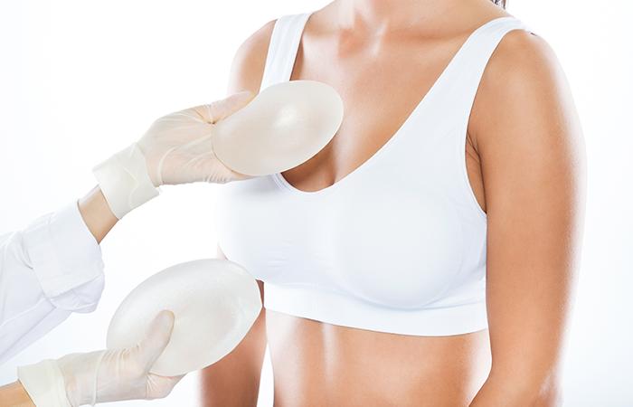 A Href=httpswww.freepik.esfoto Gratisdoctor De Sexo Femenino Que Elige La Protesis Mamaria Con Su Paciente Sobre El Fondo Blanco 1623525