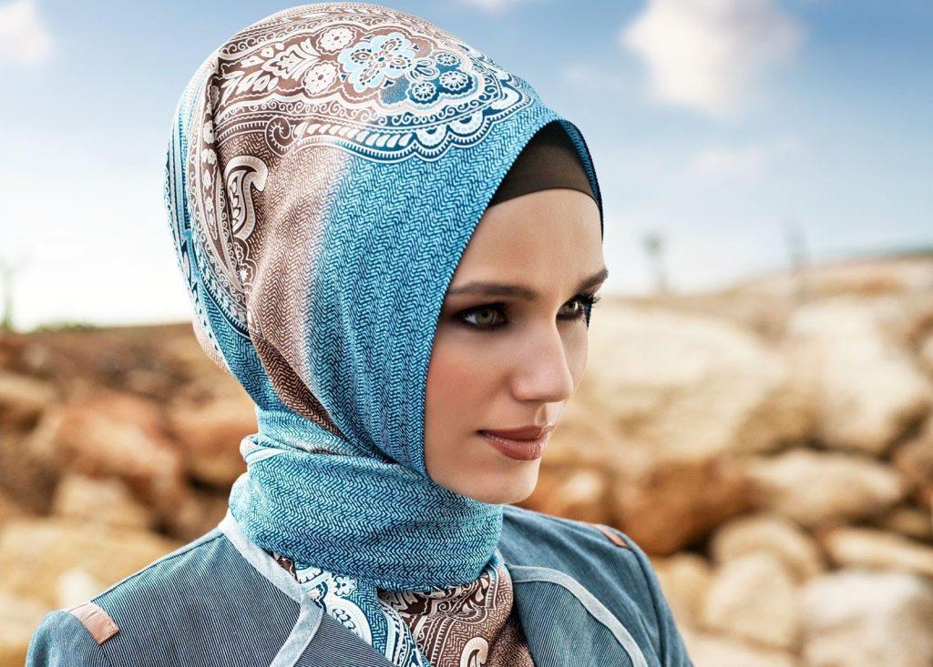 Mujer con velo moderno, pero por muy moderno que sea sigue siendo un velo que tapa el cuello el cabello.