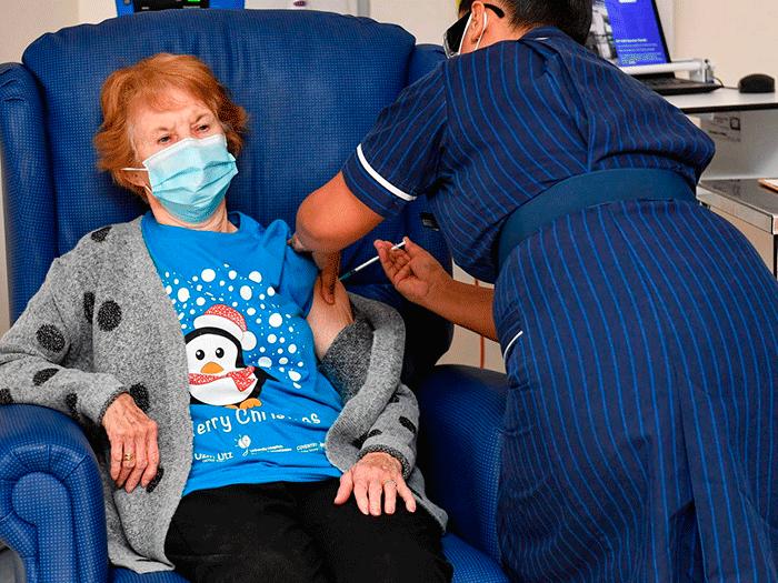 Una Mujer De 90 Anos La Primera Del Mundo En Recibir La Vacuna De Pfizer Contra El Covid 19